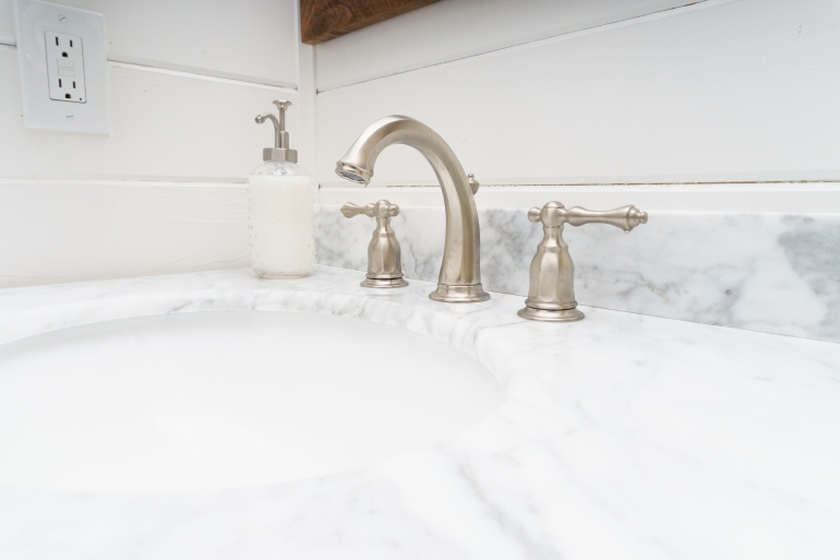 electric kitchen sink water outlet-917929232.jpg